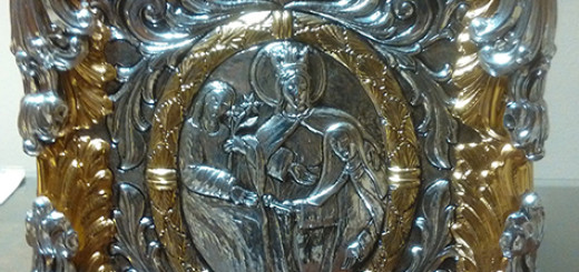 Sul pannello laterale di destra santa Teresa, sotto la protezione materna di Maria, viene raffigurata nell'atto di consegnare la chiave del primo monastero riformato a san Giuseppe