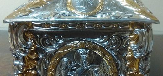 Sul pannello laterale di sinistra a santa è raffigurata al momento del suo ingresso al monastero carmelitano dell'Incarnazione, ad Avila