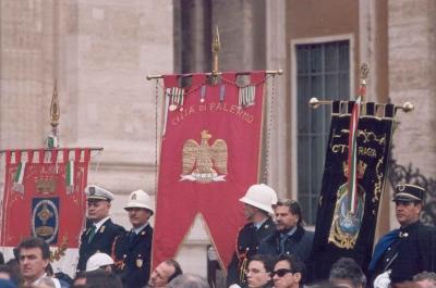 Sono presenti i gonfaloni di Palermo,