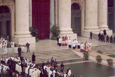 L'ingresso del Papa per l'Eucaristia.